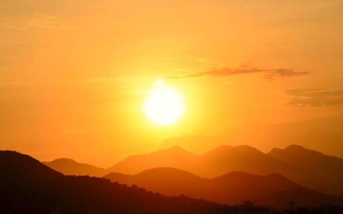 ढ़ल रही धूप है सूरज की देखिए