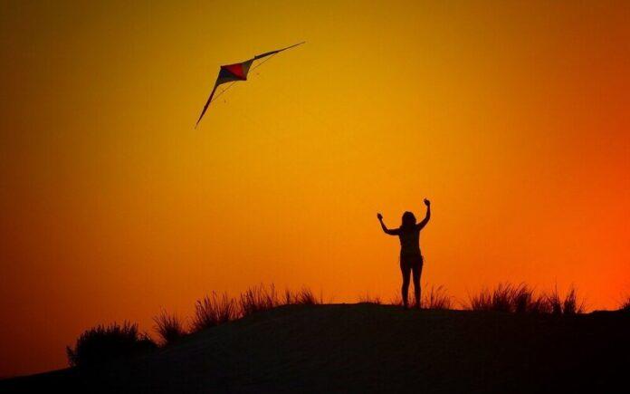 जिंदगी कटी पतंग है